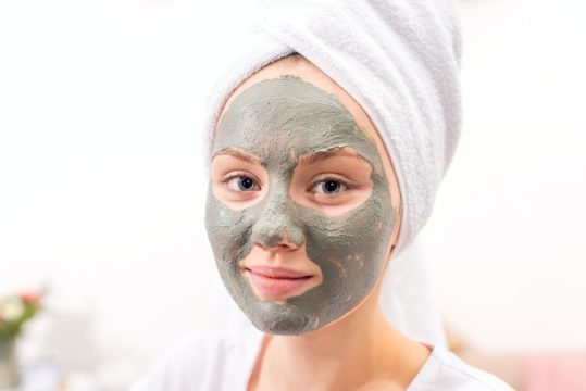 chocolate clay with cocoa powder for shiner brighter and moisturiser skin